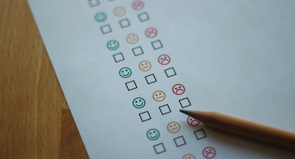 Umfragebogen und Bleistift